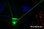 Луч зелёного лазера в оптическом кубе
