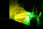 Луч зелёного лазера в флуоресцеине