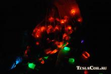 Свечение неоновых ламп от катушки Тесла